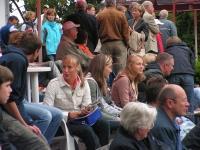 Zuschauer warten auf der TC93-Anlage auf den Spielbeginn