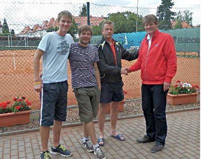 Patrick Klaus und Jens Gerlach von TC Tiergarten sowie Jens Hoffmann vom ETC mit Sportwart Dr. Junge-Ilges